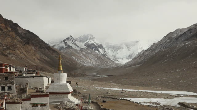 stockvideo's en b-roll-footage met mount everest covered by clouds with the rongphuk monastery - klooster