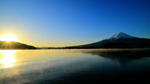 川口湖から富士山の日の出と青空 - 富士山点の映像素材/bロール