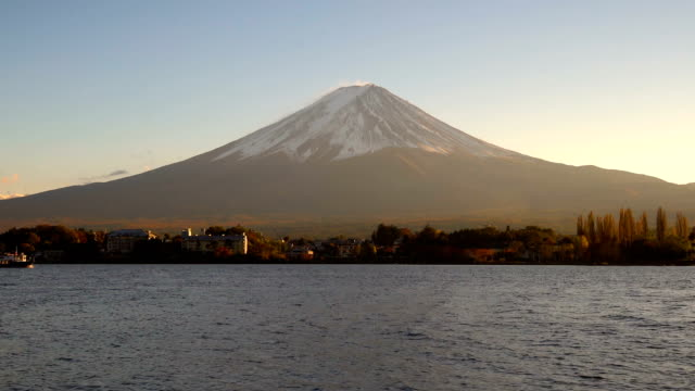 vidéos et rushes de le mont fuji vu du lac kawaguchiko, japon - fuji yama