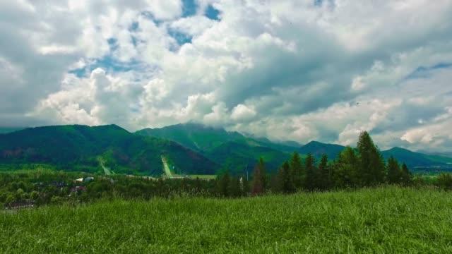 mount giewont ve bulutlu bir günde kayakla atlama, zakopane, polonya - zakopane stok videoları ve detay görüntü çekimi
