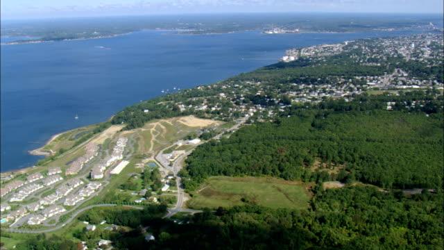 stockvideo's en b-roll-footage met mount hope bay en tiverton - luchtfoto - rhode island, newport county, verenigde staten - baai