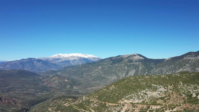 der parnasse-berg inmitten der grünen berge nach delphi, in phocide, zentralgrieland, im sommer. - gebirge stock-videos und b-roll-filmmaterial