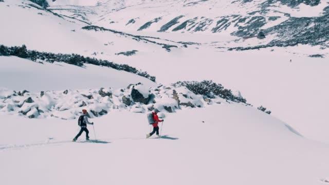 mountain adventure. young couple on a trail - abiti pesanti video stock e b–roll