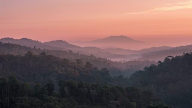 vidéos et rushes de montagne et lumière du soleil - image composite numérique