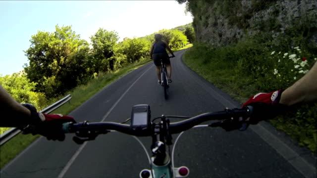 mountain bicicletta video: su una strada in toscana - percorso per bicicletta video stock e b–roll