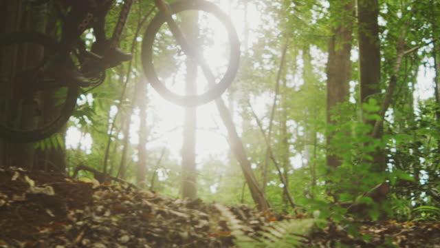 mountain biker flying through the air - andare in mountain bike video stock e b–roll