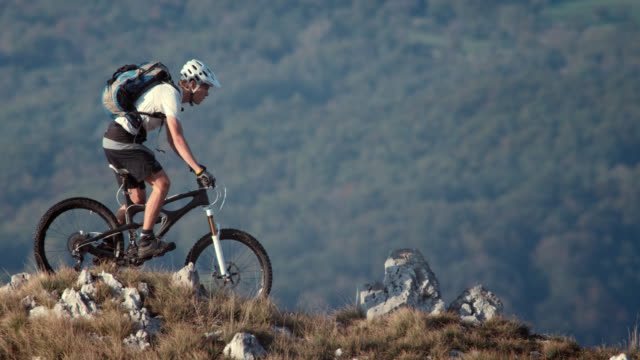 mountain biker riding on the beautiful plateau - 戶外活動 個影片檔及 b 捲影像