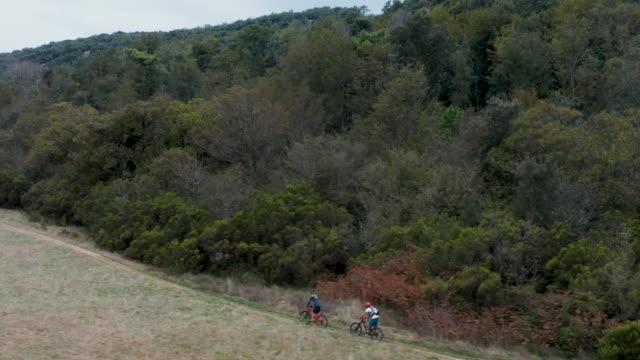 mountainbiker fahren durch herbstfeld - eskapismus stock-videos und b-roll-filmmaterial