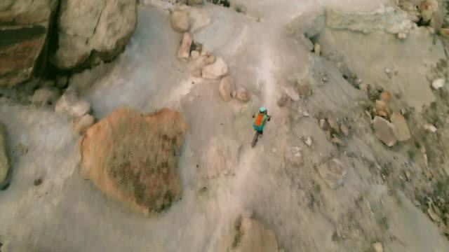 vídeos y material grabado en eventos de stock de mountain biking adult female en western colorado desert arid climate late evening 4k video - terreno extremo