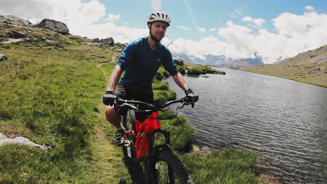 stockvideo's en b-roll-footage met mountainbiken in zwitserland - wallis