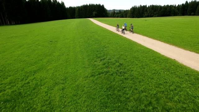 mountain biking in the german alps - percorso per bicicletta video stock e b–roll