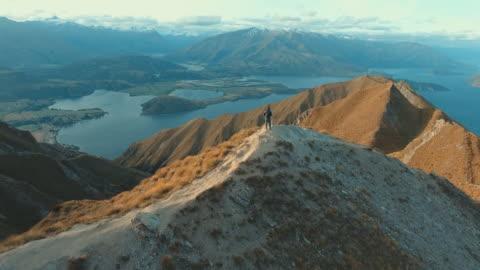 alpinista a wanaka - composizione orizzontale video stock e b–roll