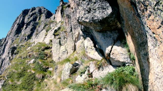 ブルガリアの危険なピリン山の登山者 - 崖点の映像素材/bロール