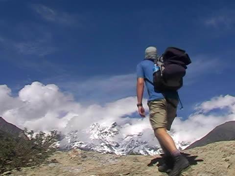 vídeos de stock, filmes e b-roll de alpinismo  - braço humano