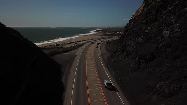 vídeos de stock e filmes b-roll de mountain coastal road aerial view - estrada 001