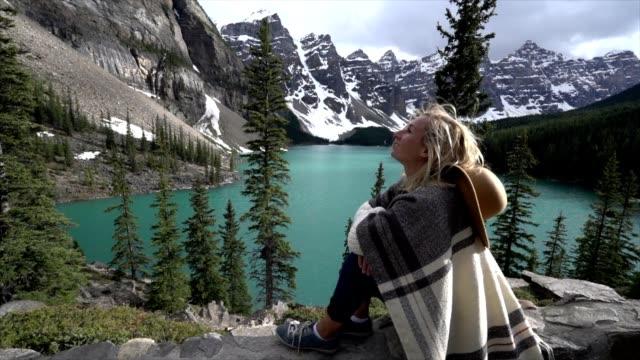 mountain flicka titta på utsikten - sitta bildbanksvideor och videomaterial från bakom kulisserna