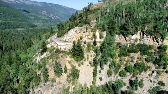 vídeos de stock, filmes e b-roll de estrada de montanha no verão - independence pass