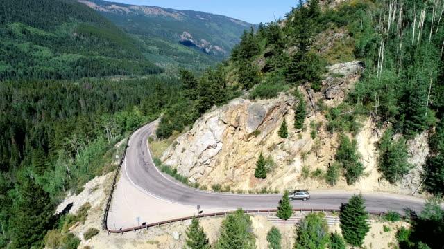 vídeos de stock, filmes e b-roll de estrada de montanha - independence pass