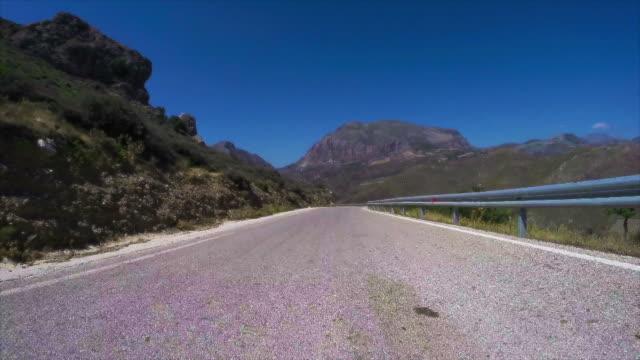 vídeos y material grabado en eventos de stock de carretera de montaña - largo longitud