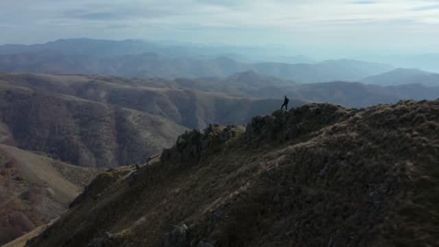 dağ yürüyüşü - sırbistan stok videoları ve detay görüntü çekimi