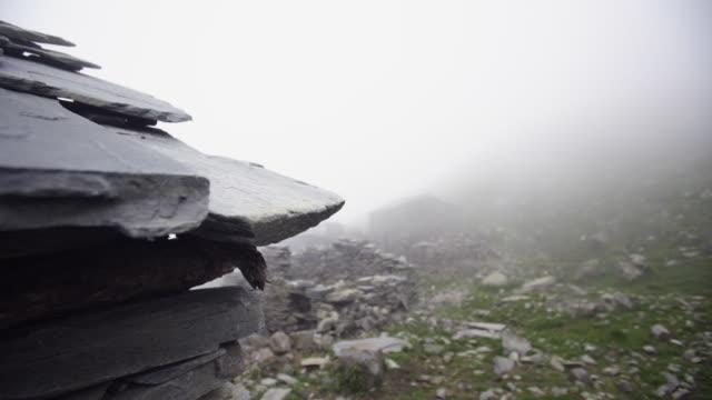 vidéos et rushes de village indien de montagne dans les nuages brumeux - ardoise