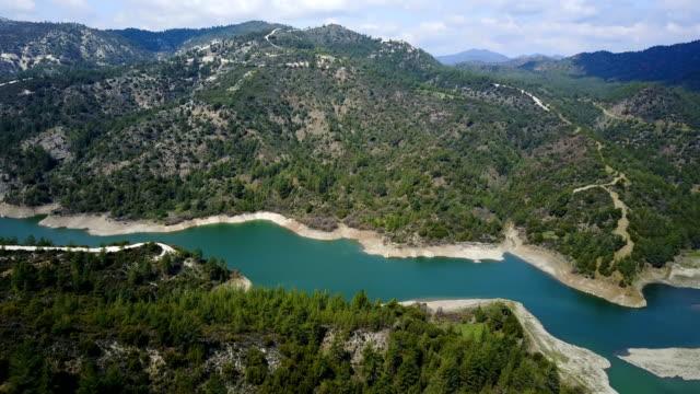 bergsee. cedar valley. zypern. troodos - tal stock-videos und b-roll-filmmaterial
