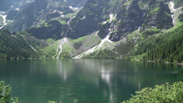 yazın tatras'ta dağ gölü. dünyanın en güzel 5 gölünün gölü - zakopane stok videoları ve detay görüntü çekimi