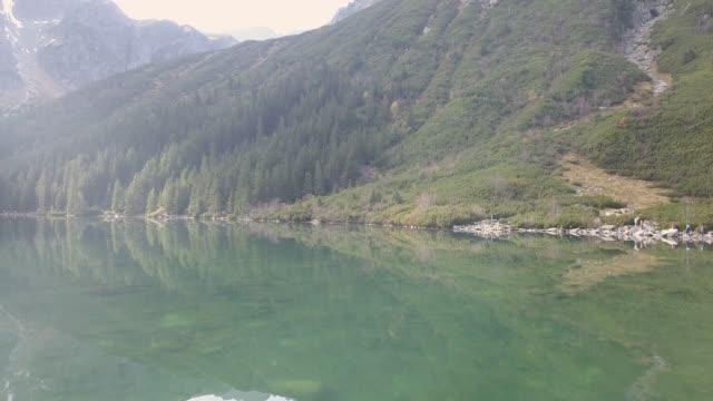 dağ gölü morskie oko tatra dağları, polonya - zakopane stok videoları ve detay görüntü çekimi