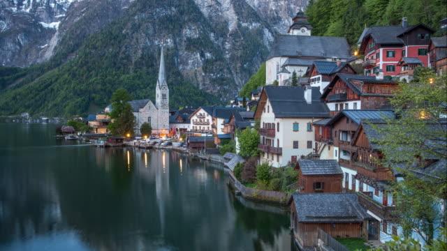 bergslandskap i österrike alp med sjön hallstatt, tidsinställd - videor med salzburg bildbanksvideor och videomaterial från bakom kulisserna