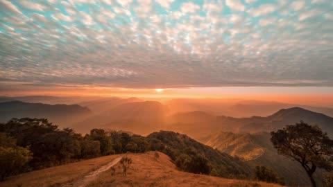 górski punkt widokowy mae hong son, tajlandia - horyzont filmów i materiałów b-roll