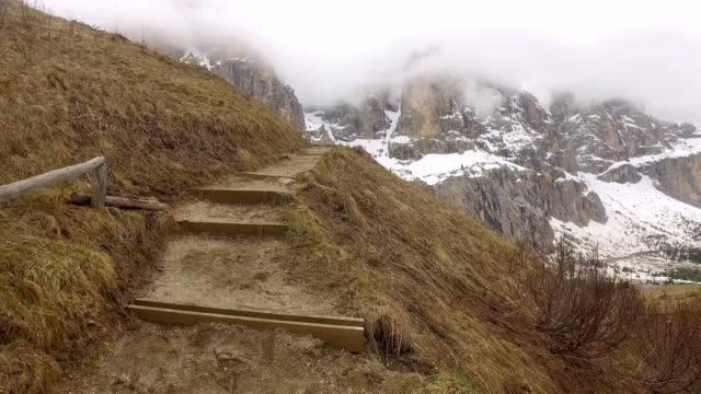 mountain path in passo gardena in the dolomites mountains, south tyrol, italy - passo montano video stock e b–roll