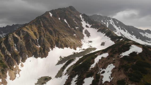 polonya'da dağ zirvesi, zakopane yakınlarındaki tatramountains - zakopane stok videoları ve detay görüntü çekimi