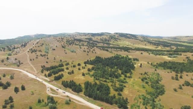 vídeos de stock e filmes b-roll de aerial: mountain plateau - multicóptero