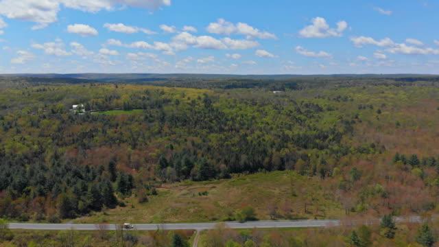 gebirge landschaft laub mit wald pocono pennsylvania usa - gebirge pocono mountains stock-videos und b-roll-filmmaterial