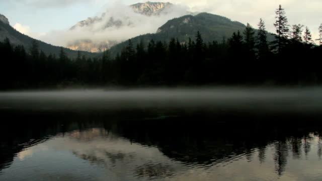 berg som återspeglar i grunersee green lake tragoss, steiermark, österrike alperna - steiermark bildbanksvideor och videomaterial från bakom kulisserna