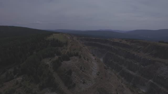 bergretter auto fährt durch wald und berge 4k antenne flach / ungraded tracking-schuss - aerial view soil germany stock-videos und b-roll-filmmaterial