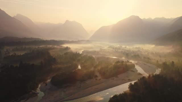 vídeos de stock, filmes e b-roll de rio de montanha de antena em sunrise - multicóptero