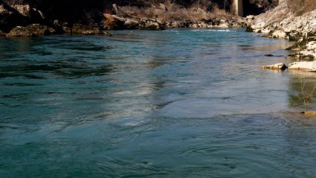 vídeos y material grabado en eventos de stock de río de montaña con agua de color esmeralda. - marea