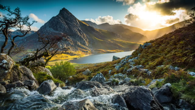 mountain stream at llyn ogwen - wales, uk - parco nazionale video stock e b–roll