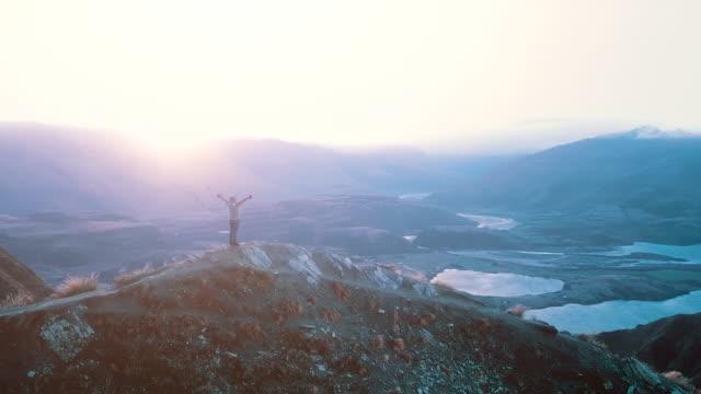 vídeos y material grabado en eventos de stock de cima de montaña con alpinista - terreno extremo