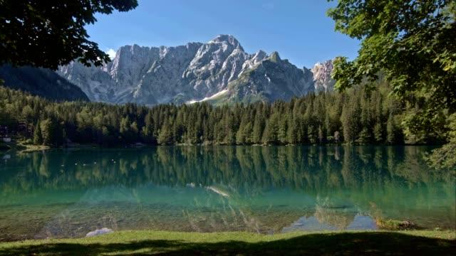 4 seasons lago della valle di montagna - 20 o più secondi video stock e b–roll