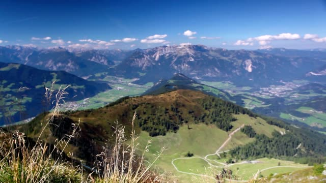 mountain view from the top - the alpine village of alpbach and the alpbachtal - stato federato del tirolo video stock e b–roll