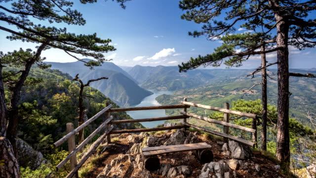 vídeos de stock, filmes e b-roll de lapso de tempo de vista para a montanha - sérvia