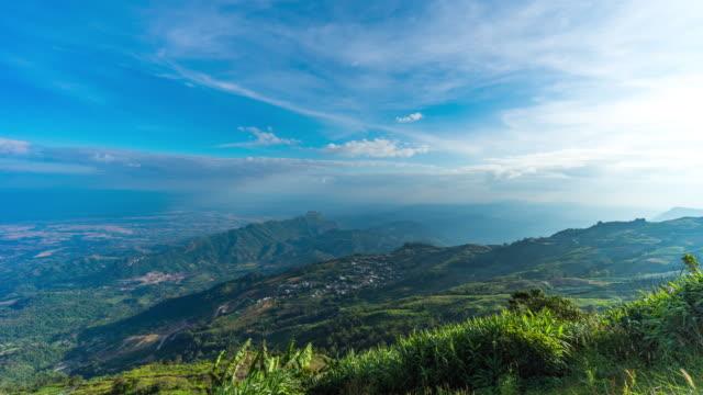 朝の霧を動かす山の視点、タイムラプスビデオ ビデオ