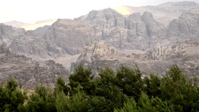 stockvideo's en b-roll-footage met berg, wadi rum, vallei van de maan - maasvallei