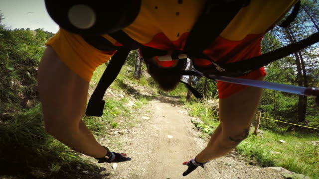 stockvideo's en b-roll-footage met pov mountainbiken gevaarlijke crash - gopro