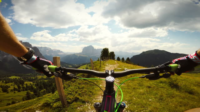 stockvideo's en b-roll-footage met mountainbiken op de dolomieten - gopro