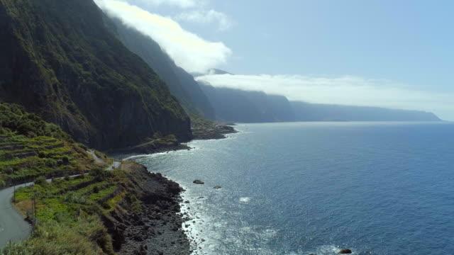 vídeos de stock e filmes b-roll de mountainous coastline of madeira - ilha da madeira