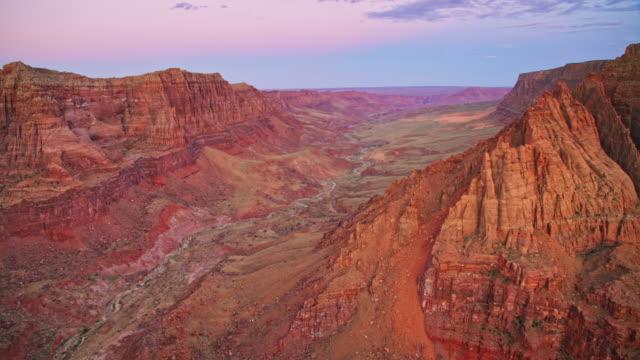 aerial berge und klippen des grand canyon im licht der untergehenden sonne - grand canyon stock-videos und b-roll-filmmaterial