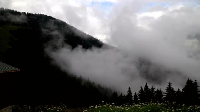 berge und wolken zeitraffer - hochplateau stock-videos und b-roll-filmmaterial